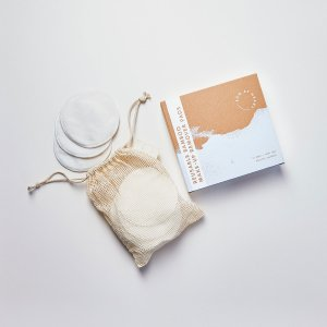 Plastic-free packaging design for reusable bamboo make-up remover pads in pouch